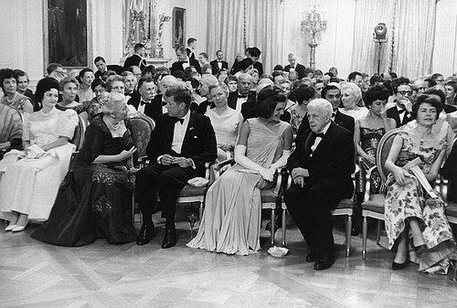 Robert Frost 與甘迺迪總統:甘迺迪就職典禮上佛洛斯特頌詩。