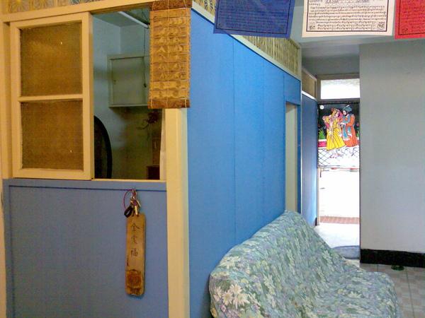 酒館中的藍牆