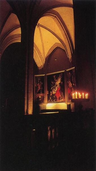 在昏暗中「從十字架解下的基督」三幅祭壇上的畫,幽然浮現。