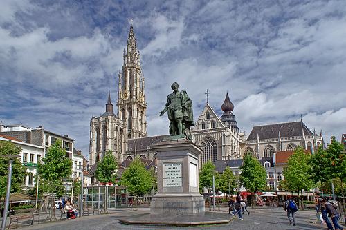 背對著大教堂的魯本斯銅像。