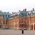 Chateau de versailles cour 凡爾賽宮大理石院,正面的二層紅磚樓房即路易十三的狩獵行宮