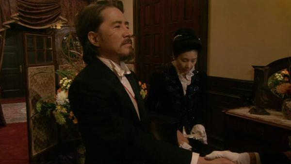 「鹿鳴館」劇照 - 影山悠敏伯爵(田村正和 飾)與其妻朝子(黑木瞳 飾)