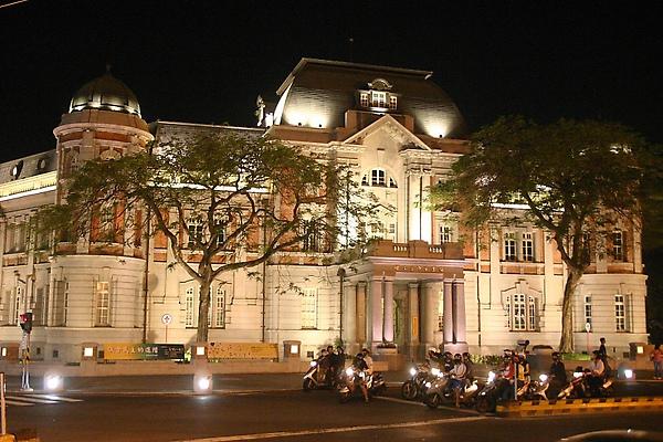 國立台灣文學館的夜景,美輪美奐,連府城人都很喜歡駐足欣賞。(中央社)