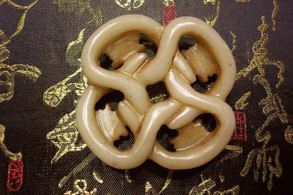 白玉珮背面(長寬約5.7cm,高約1.6cm)