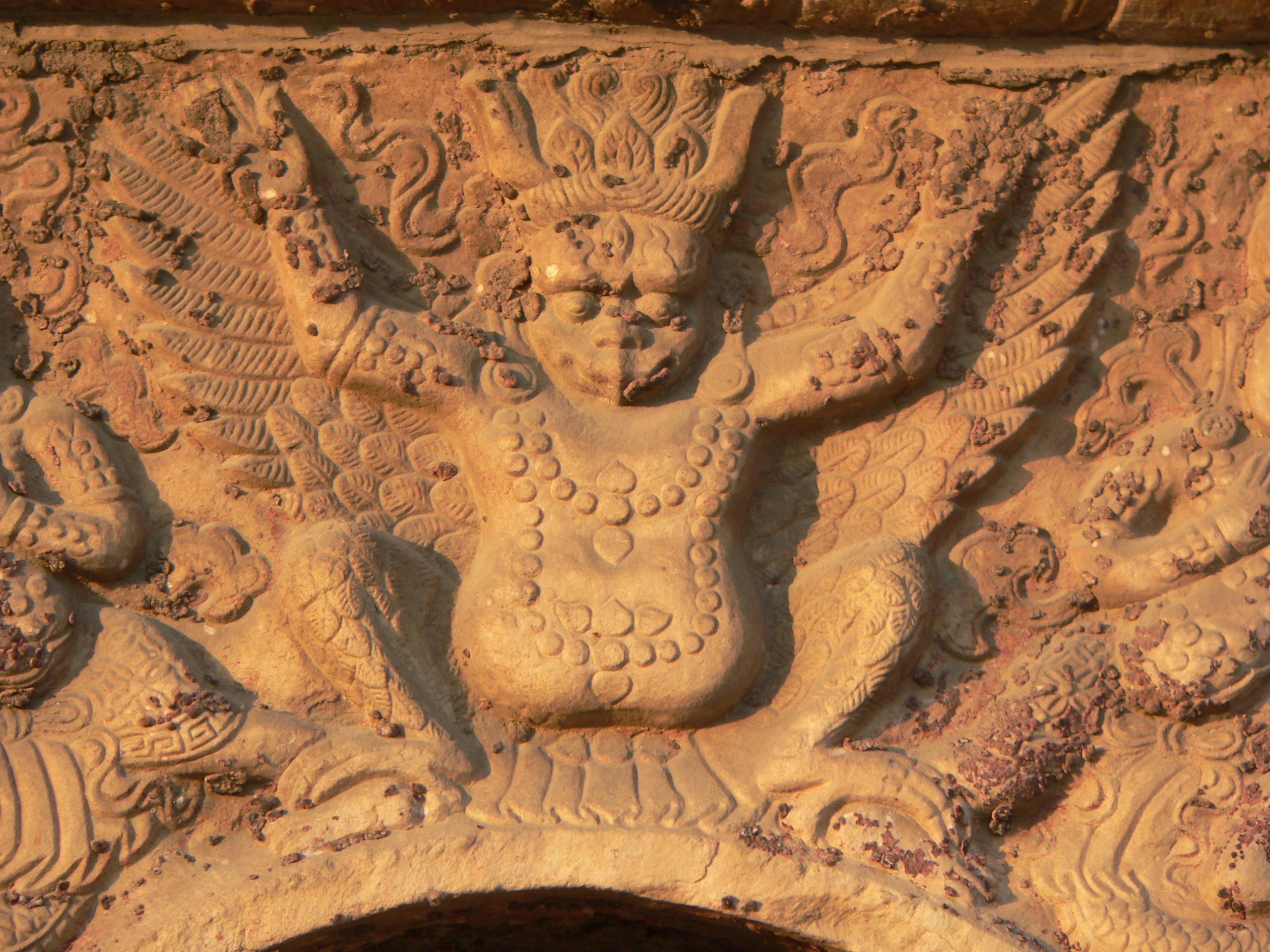 真覺寺中刻於塔身上的金翅鳥