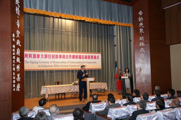 主持2008年台灣與加拿大簽約儀式