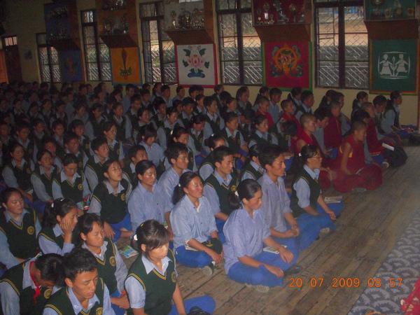 西藏兒童村學校學生的早晚誦經課