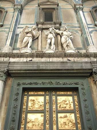 黃金之門上方的雕像