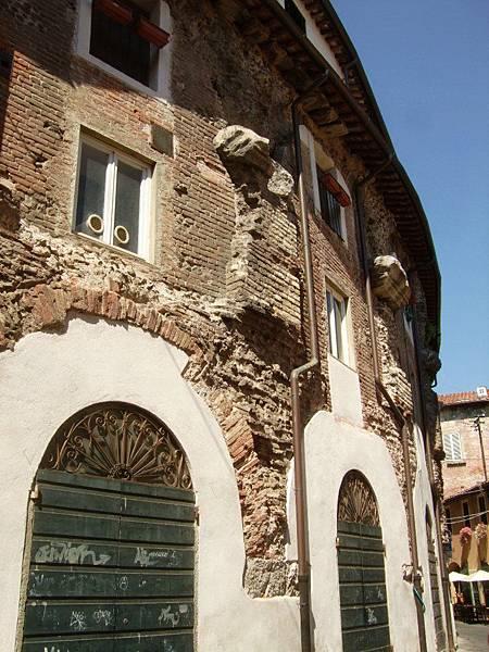 再走幾步就是古羅馬圓形劇場