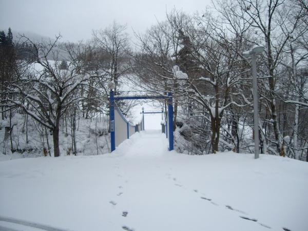 連接飯店和雪場的小橋