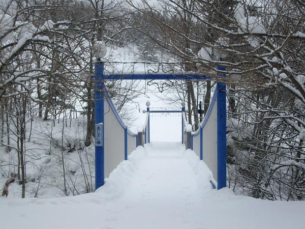 橋的另一邊就是雪場了