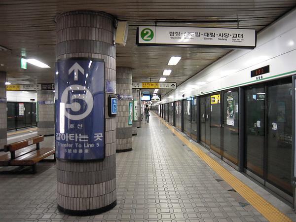 中秋前夕冷清的捷運站.JPG