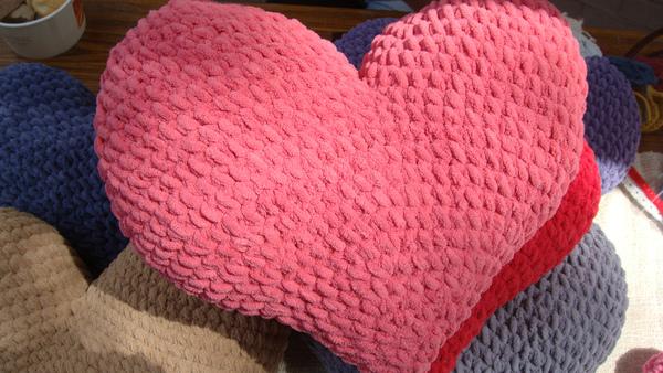 桃紅色愛心抱枕