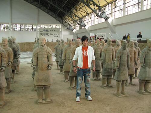 何潤東模仿兵馬俑姿勢