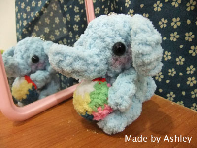 抱球的小象