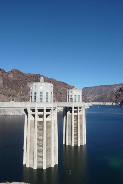 Hoover Dam接Lake Mead
