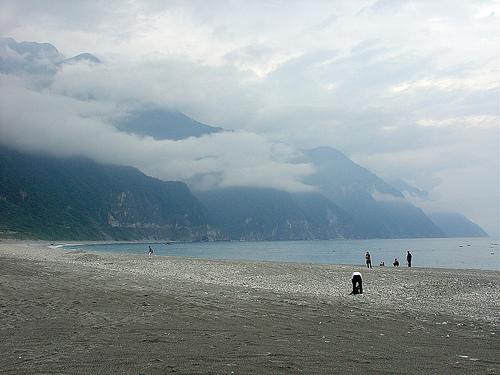 在崇德海灘上望清水斷崖
