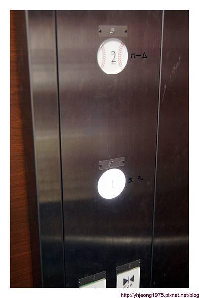 阪神電車-甲子園站月台電梯鈕.jpg