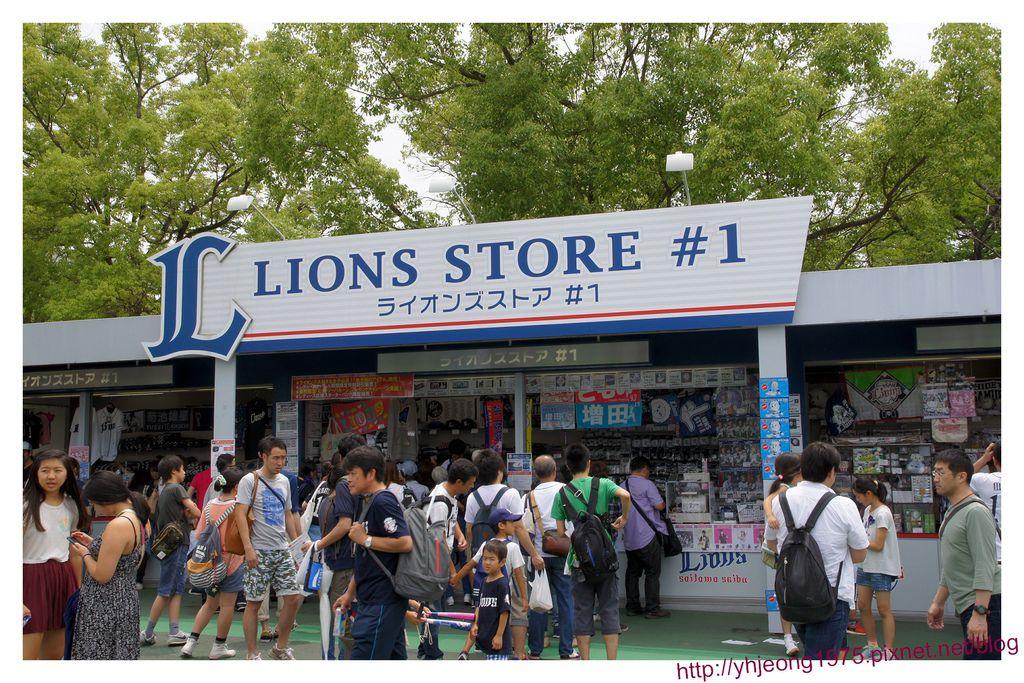 西武巨蛋-場外球隊商店.jpg