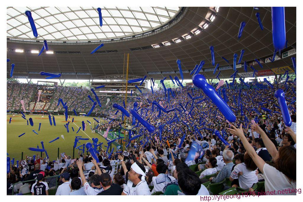 西武巨蛋-藍氣球飛.jpg