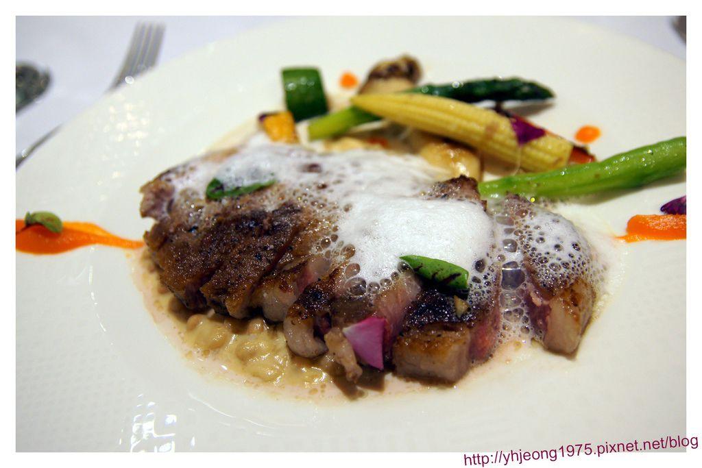 圓頂餐廳-伊比利豬肉里肌附起司泡泡、法式燴白豆.jpg