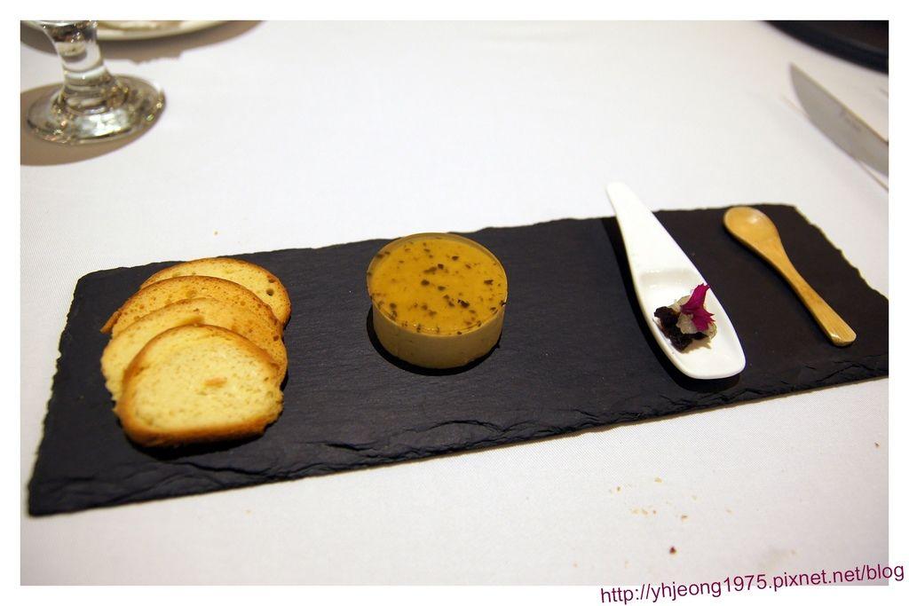 圓頂餐廳-松露鴨肝附麵包脆片.jpg