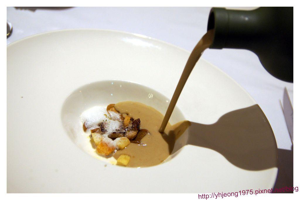 圓頂餐廳-栗子牛肝菌菇濃湯.jpg