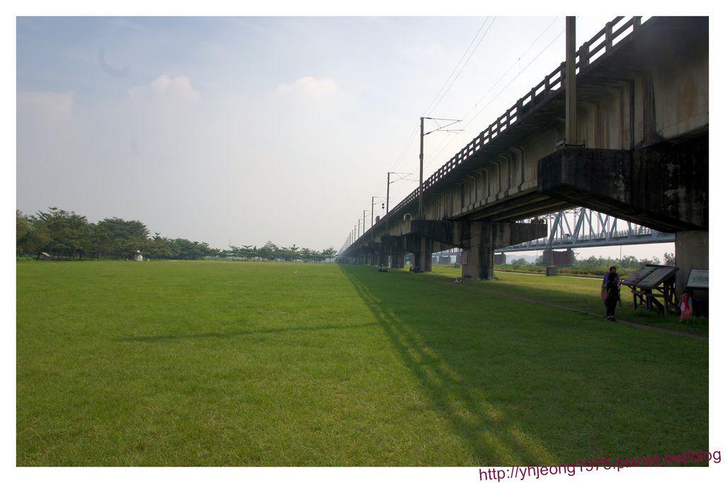 舊鐵橋-草皮.jpg