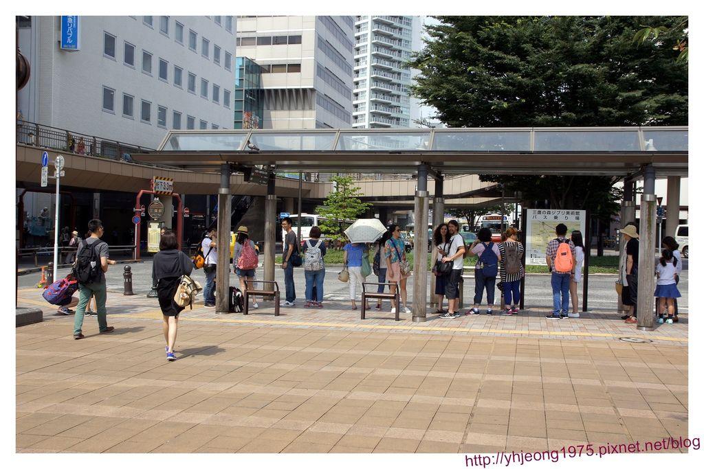 吉卜力美術館-巴士站排隊.jpg