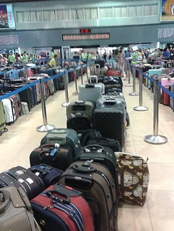 2行李排排站.JPG