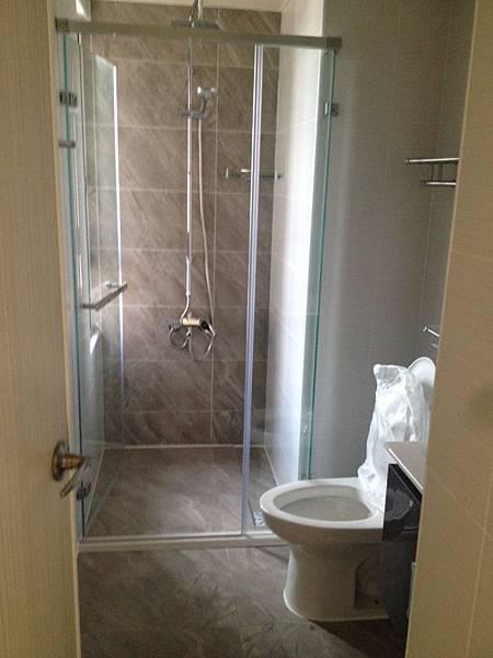 建商附加的主衛浴.JPG