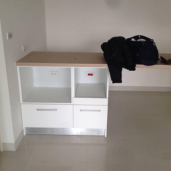 建商附加的電器櫃與吧檯桌.JPG