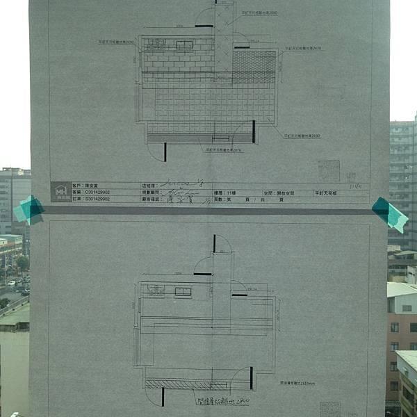 施工師傅在施作區域貼上施工圖.JPG