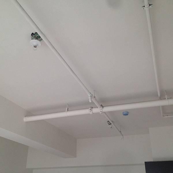 新建大樓天花板的管路都是外露的.JPG