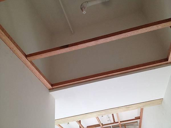 主臥入口天花板與樑齊.JPG