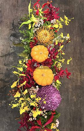 ‖初秋饗宴‖ 仿舊木皮質感花器呼應初秋氣息, 多彩鮮豔的花朵與南瓜娉婷爭艷, 舞出一曲花之饗樂。 ---------------------- Designer花雅集學員