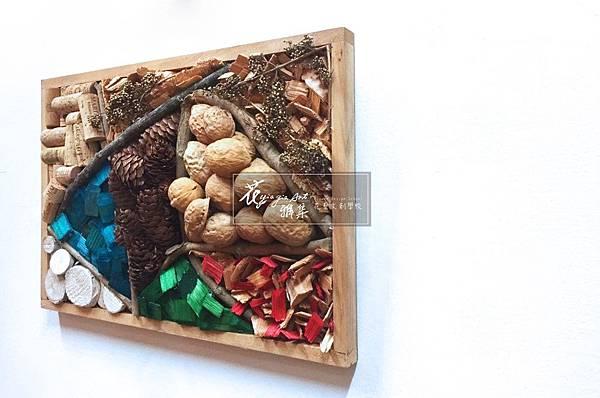 ‖當代複合媒材‖ 畫框切割的幾何圖形, 聚集不同樣式乾燥材, 使原本溫潤木料活潑生動。 林林總總的材料佐以色彩,  猶似大自然中的四季更迭。 --------------