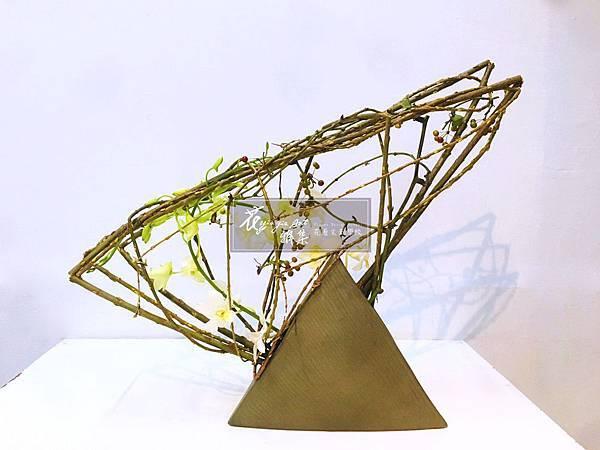 ‖對影成三‖ 由富含可塑性的柳枝主演, 形狀色調與花器相互呼應, 對影成三個幾何圖形, 加入光線元素,邀請空間一同隆重演出。 ----------------------
