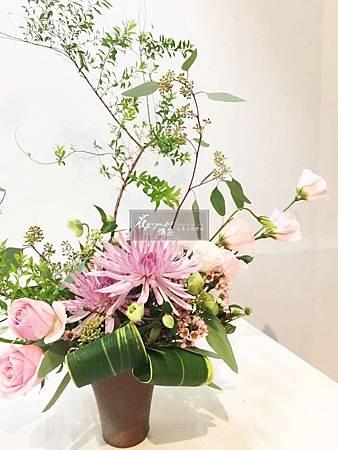 ‖傾瀉而下‖ 葉材的線條像奔騰的水流傾瀉而下, 粉嫩的花朵在一旁綻放, 明亮的配色如早晨一般清新,沁人心脾。 ------------------------------