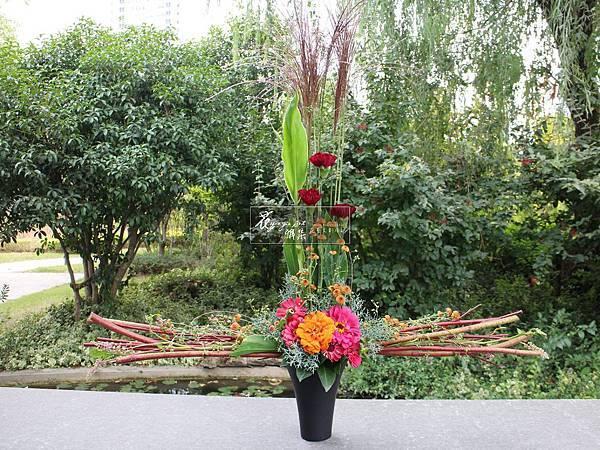‖靜止花天秤‖ 紅水木等長延伸成一條簡約的恆線, 矗立的花朵們從中而立, 促使形成對稱而均衡的畫面 總給人們安心穩定的平衡。 ----------------------