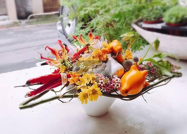 S__2981‖手中的一畝田園‖ 將農夫飽含心意栽種的蔬果, 用花朵妝點成秋季豐收的喜悅, 與你分享… ------------------------------966