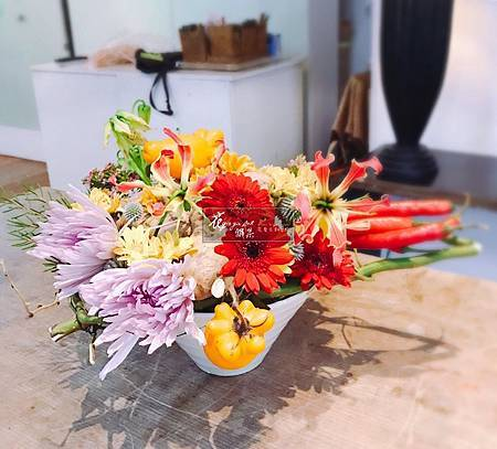 S__298‖手中的一畝田園‖ 將農夫飽含心意栽種的蔬果, 用花朵妝點成秋季豐收的喜悅, 與你分享… ------------------------------1968