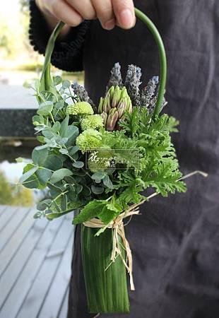 ‖香草花束‖ 小空間就能自行栽種的小品植物, 隨手摘採、蒐集, 利用大片葉包裹成束,葉柄為提把, 取自於大自然,帶走一份清香。 -------------------