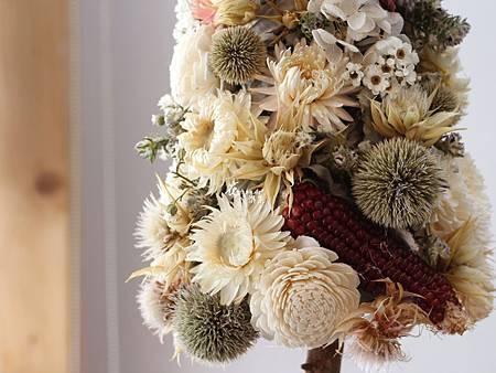 ‖童話裡的小樹‖ 細數白花的純潔溫柔, 與繽紛的花果開滿小樹, 喚起小時候最初的童真。 ----------------------- 聖誕花禮訂購去: http:%2F%2F