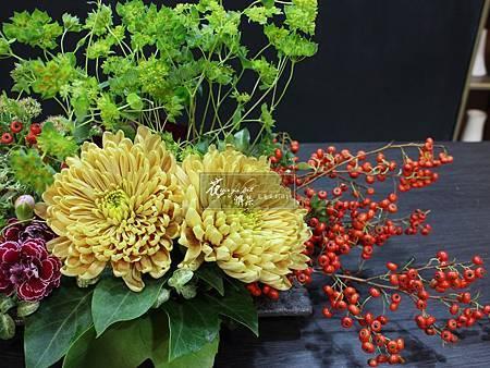 ‖桌上的華麗‖ 狀元紅的貫穿手法,貫起一桌的奢華, 金菊佐以康乃馨 , 描繪一幅立體的華麗的油彩 正值上海冬季第一道瑞雪……暖心。 -----------