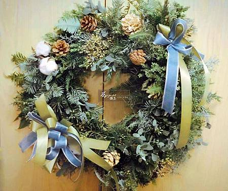 ∥少女的祈禱∥ 清香的諾貝松, 精心地搭配千姿百態的松果、白樺木, 點綴上浪漫手工的法國結,優雅湖藍及橄欖綠 注入一絲希望和寧靜的感受。 ----------------