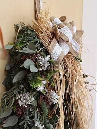 ||馬蹄形諾貝松聖誕掛飾|| 西方人相信馬蹄鐵能夠帶來幸運, 但要找到馬蹄鐵並不容易, 所以現代人經常將馬蹄造型, 設計在各種裝飾品上。 此款聖誕掛飾從新鮮狀態到乾燥大約