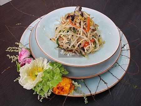 ‖美食花相伴‖ 看似簡單的料理, 最是考驗師傅的能力, 配以精巧雅緻的花飾, 一道香氣撲鼻、賞心悅目的作品便就完成了。 -------------------