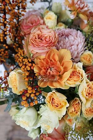 ‖點亮心靈的繽紛花彩‖ 2019年度代表色-珊瑚橘,偏暖、帶點金的色調,給人「溫和又活潑」的感受。 如此繽紛的顏色,如果要直接穿搭在身上,也許還有點害羞。可以藉由花藝把珊