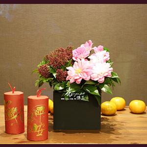 ∥約限裡尋春∥ 日式大理花優雅大氣, 暗紅尊貴內斂, 粉紅輕巧朝氣, 搭配點點細緻的四季迷, 展現低調奢華的動人丰采。 店面的空間有限嗎? 因為既定的品牌風格沒辦法進行大